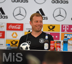 30.05.2018, Fussball Deutsche Nationalmannschaft, Trainingslager in Eppan (Südtirol) vor der WM 2018, Pressekonferenz mit Co-Trainer Thomas Schneider, Niklas Süle und Frank Kramer (Trainer U20). Frank Kramer lacht.