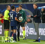02.10.2019, Fussball UEFA Champions League 2019/2020, Gruppenphase, 2.Spieltag, RB Leipzig - Olympique Lyon, in der Red Bull Arena Leipzig. (L-R) Schiedsrichter Antonio Mateu Lahoz (Spanien), Leo Dubois (Olympique Lyon), Trainer Sylvinho (Olympique Lyon) und Trainer Julian Nagelsmann (RB Leipzig)